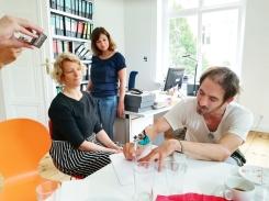 Florian Weiß demonstriert, wie mit der selbst gebauten Punktiermaschine Bilder entstehen.